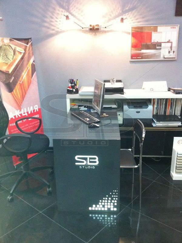 Фото стола для офиса из искусственного камня с фрезеровкой и подсветкой