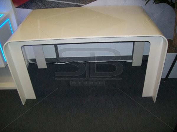Фото обеденного стола из искусственного камня Corian Bisque