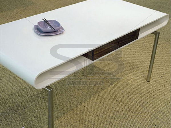 Фото обеденного стола со столешницей из искусственного камня Corian с выдвижным деревянным ящиком и металлическими ножками