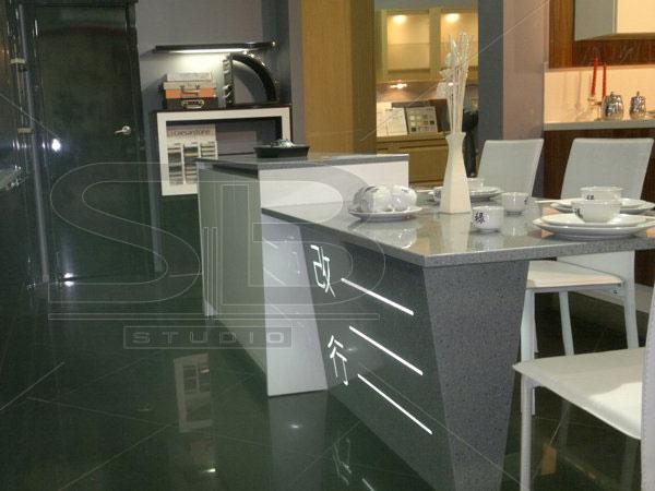 Фото обеденного стола из искусственного камня Staron FT 188 Tektite с фрезеровкой и подсветкой опоры